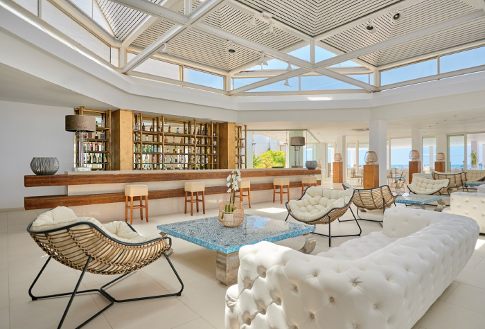 02-lounge-in-the-bars-of-grecotel-lux-me-white-palace-in-greece-all-inclusive-resort