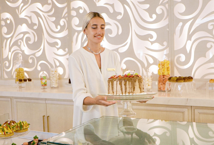 02-white-palace-patisserie-and-chocolaterie-exquisite-service-in-crete