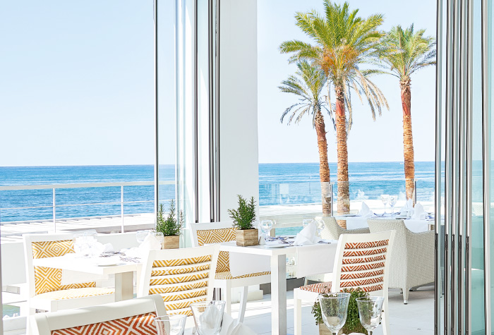 03-outdoors-meals-ventanas-il-mar-restaurant-in-grecotel-white-palace-resort-lux-me-dining-in-greece