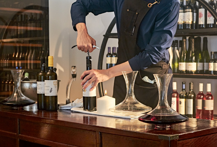 02-sommelier-in-the-wine-library-tasting-room-in-white-palace