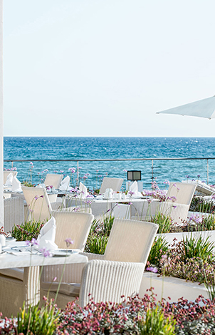 18-white-palace-luxury-resort-light-fare-by-the-pool-thumb